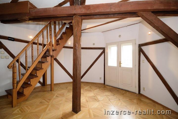 K pronájmu nezařízený mezonetový byt 7+1 (214m2), terasa, balkon, ulice Husitská