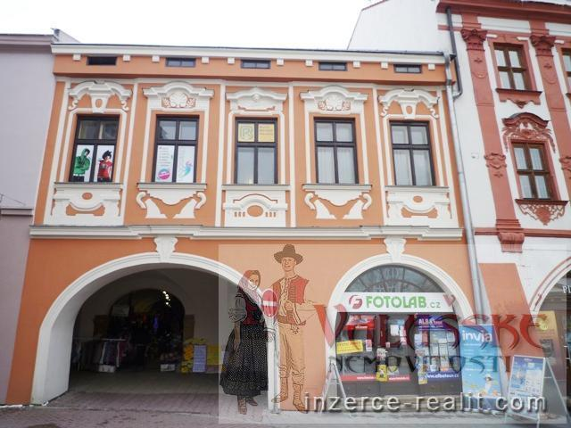 Pronájem komerčních prostor na náměstí ve Valašském Meziříčí.
