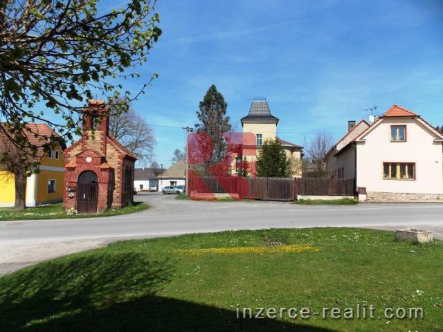 Mimořádná domu v zámeckém stylu s budovami a pozemky v centru obce Chdouň.