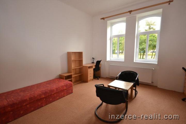 Pronájem kompletně zařízeného dvoulůžkového pokoje, vhodné pro studenty, centrum Plzně, Husovo náměs