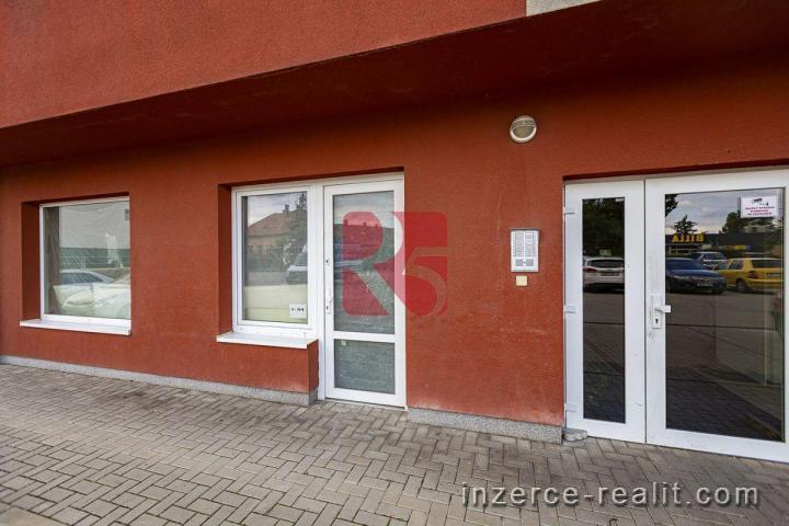 Komerční prostor 52 m2 se vstupem z ulice, Úvaly