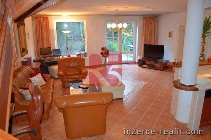 Rodinný dům, 6+kk, 290 m 2 užitná plocha, pozemek 389 m2, 2 garáže