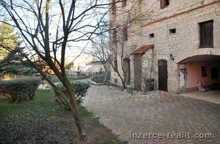 Prodej usedlosti po citlivé rekonstrukci, 18 místností a zázemí cca 620m2 a další prostory, Hořany