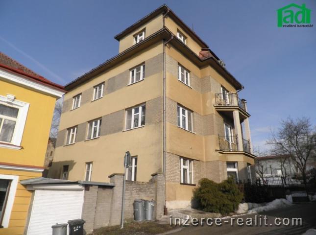 Městský dům (3x byt 3+1) s možností komerčního využití, Černovice (PE)