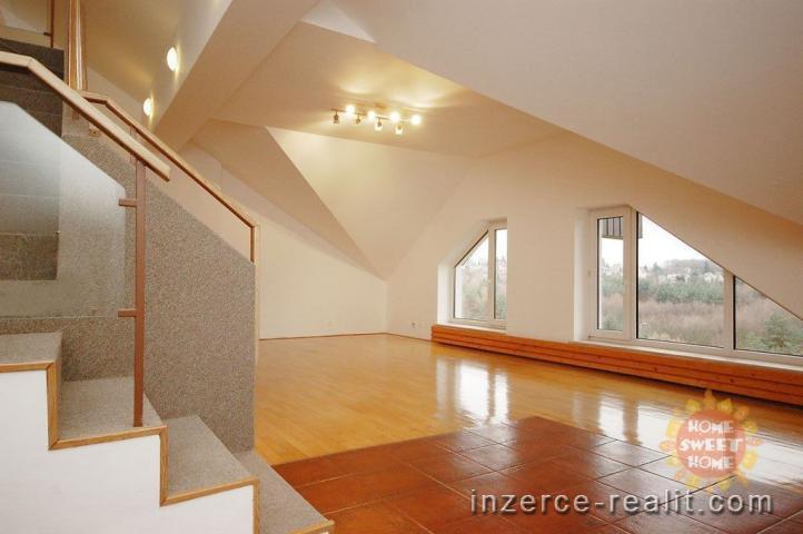 Nádherný, nezařízený, mezonetový byt 6+1 k pronájmu v horních patrech vily (Praha 4), 293 m2,parking