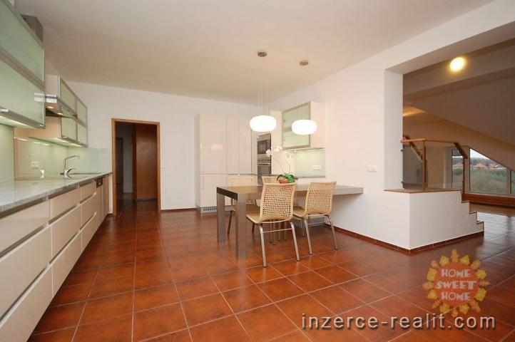 Nádherný, nezařízený, mezonetový byt 6+1 k pronájmu v horních patrech vily (Praha 4), 293 m2, parkov